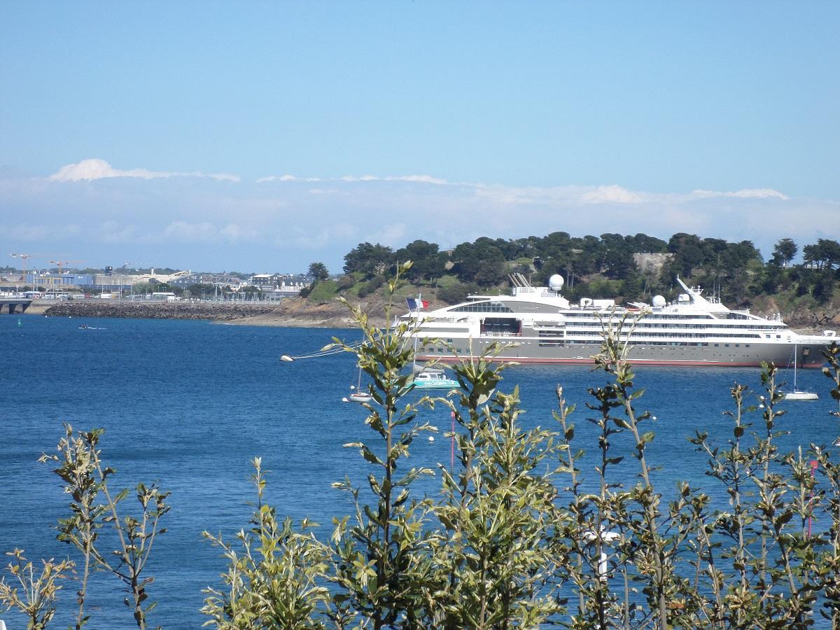 Dinard vue de St Malo au fond